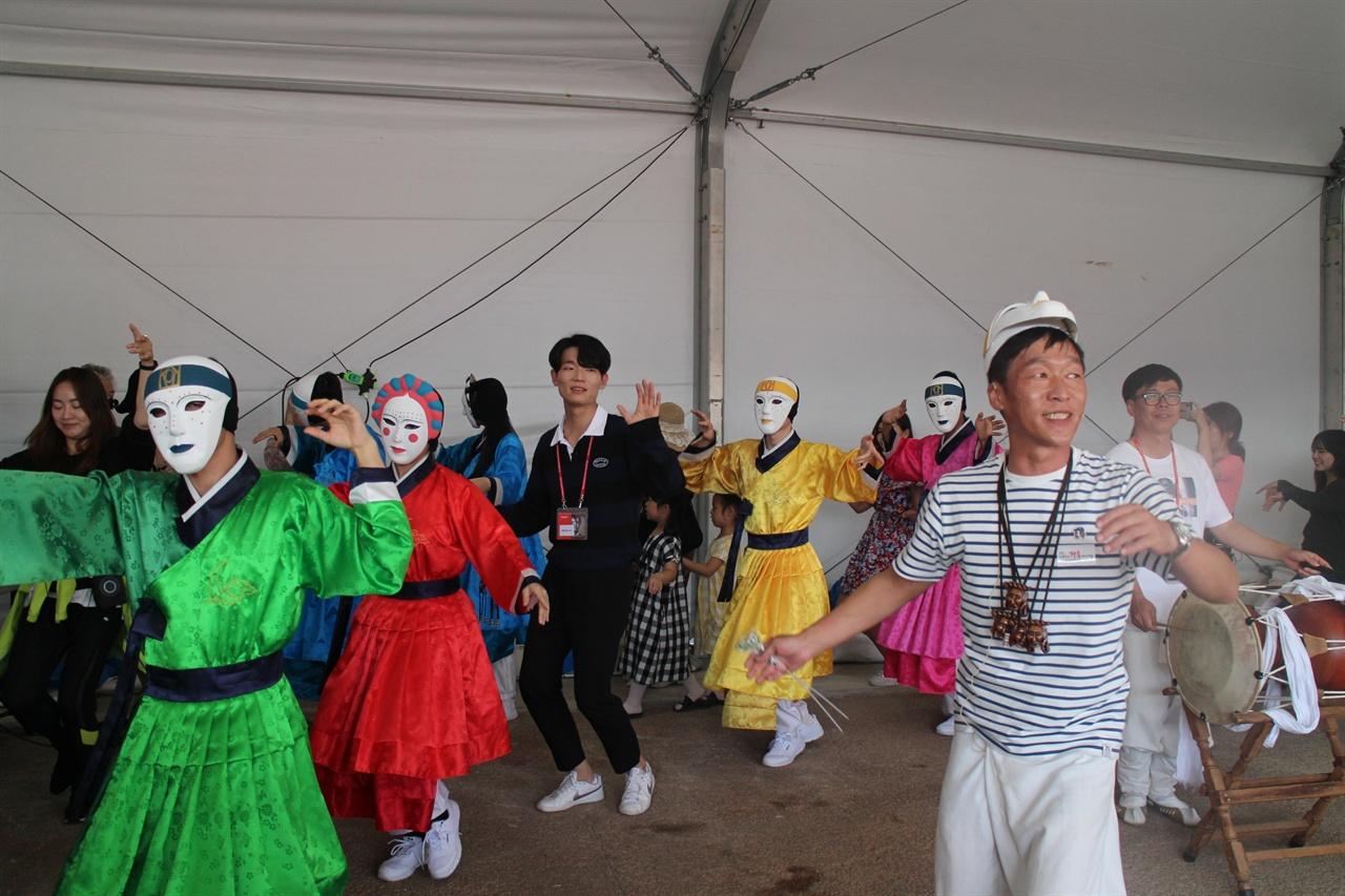 야외마당에서는 탈춤배우는 시간이 주어졌다. 외국이늘에게 가장 인기있는 체험공간은 탈춤배우기 순서였다.
