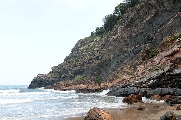 지각변동을 보여주는 해변가 암석 모습.