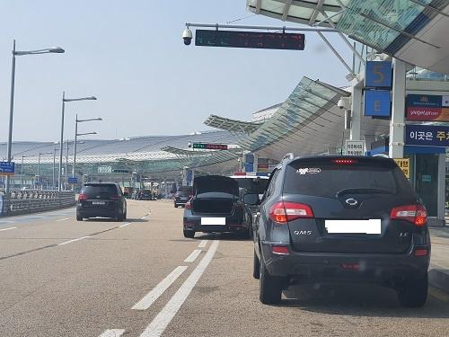 인천공항 제1여객터미널 출국장 공항이용객과 환송객이 자가차량을 이용해 출국장 3층 커브사이드에서 여행가방을 내린다.