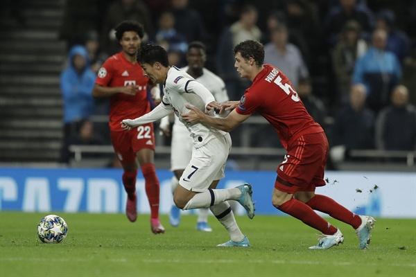 1일(한국 시각) 영국 런던의 토트넘 홋스퍼 스타디움에서 열린 2019-2020 UEFA 챔피언스리그 조별리그 B조 2차전 바이에른 뮌헨과 토트넘의 경기에서 손흥민이 수비에 견제당하고 있다.