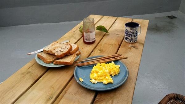 옥상에서 아침을 이사한 다음 날 아침 하늘을 보며 산을 바라보며 식사를 했다.