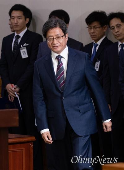 김명수 대법원장이 2일 오전 서울 서초구 대법원에서 열린 국정감사에서 업무보고를 하기 위해 단상으로 이동하고 있다.