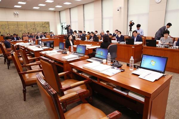 2일 국회에서 열린 문화체육관광위원회 국정감사에서 자유한국당 의원들이 증인 채택 관련 의사진행발언을 요청하다 안민석 위원장이 거부하자 퇴장, 좌석이 비어 있다.