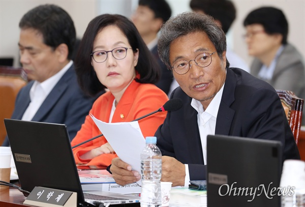 이학재 자유한국당 의원이 2일 국회에서 열린 교육위원회의 교육부 국정감사에서 질의하고 있다.
