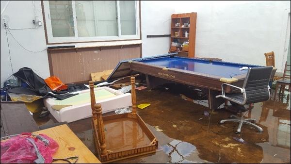 일 태풍 미탁의 영향으로 제주 전역에 큰 비가 내린 가운데, 성산읍 신풍리 주택이 침수된 모습이다.