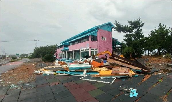 강풍까지 더해지면서 건물이 크게 파손됐다. 아래 사진 모두 2일 태풍으로 피해입은 모두 성산읍 신풍리 모습.
