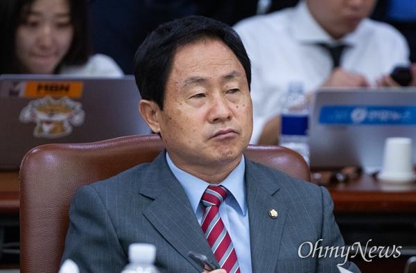 자유한국당 주광덕 의원이 2일 오전 서울 서초구 대법원에서 열린 법사위원회 국정감사에 참석하고 있다.