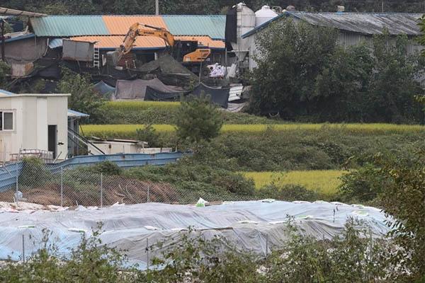 2일 경기도 파주시의 한 양돈농가에서 아프리카돼지열병(ASF)이 발생해 방역당국이 살처분 작업을 위한 구덩이를 파고 있다.