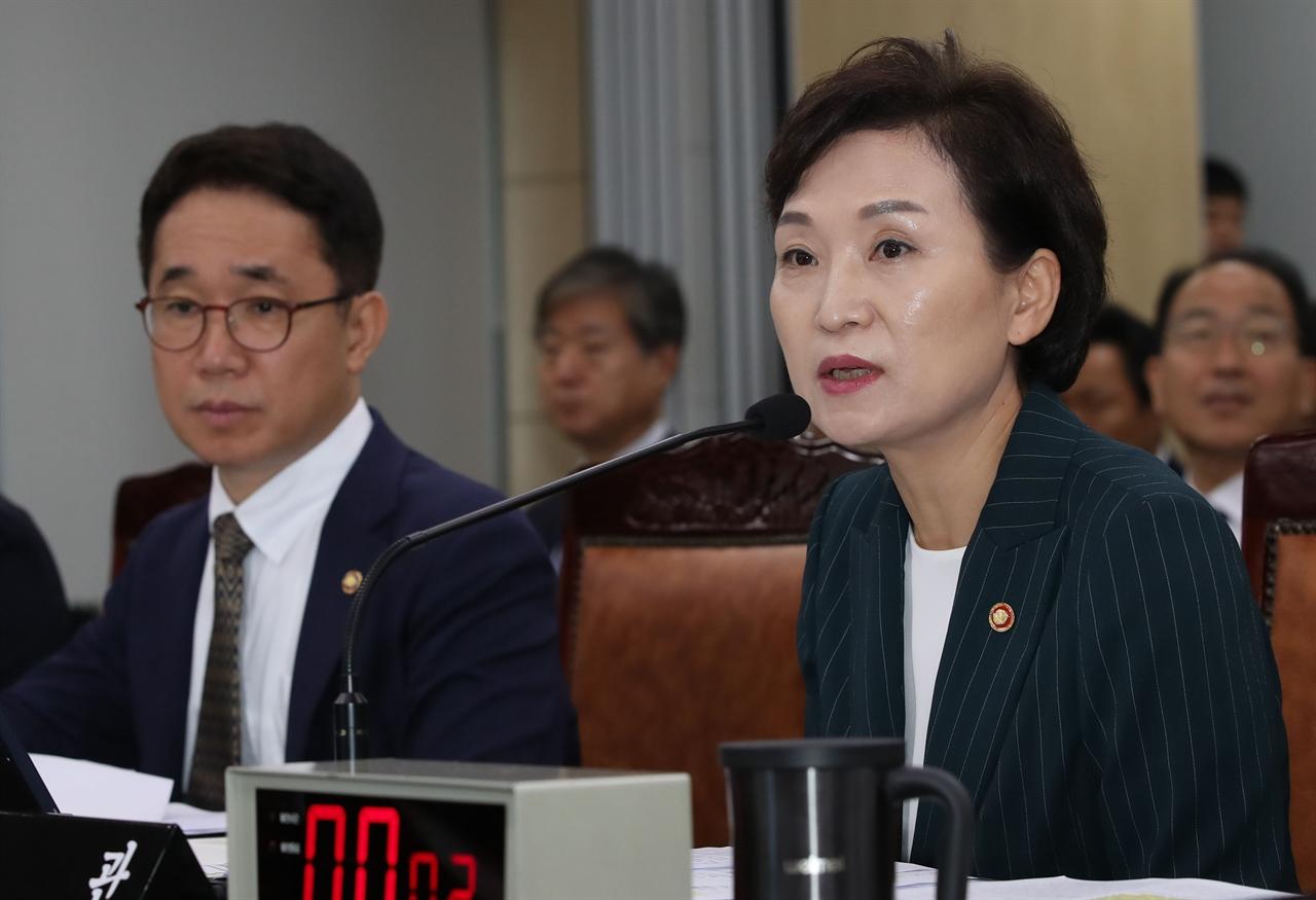 김현미 국토교통부 장관이 2일 정부세종청사에서 열린 국회 국토교통위원회 국정감사에서 의원 질의에 답변하고 있다