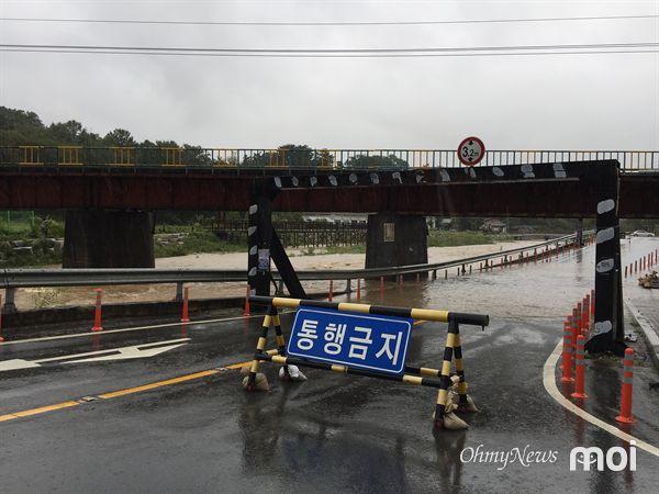 경주시 충효천 철교 아래 도로가 침수된 모습