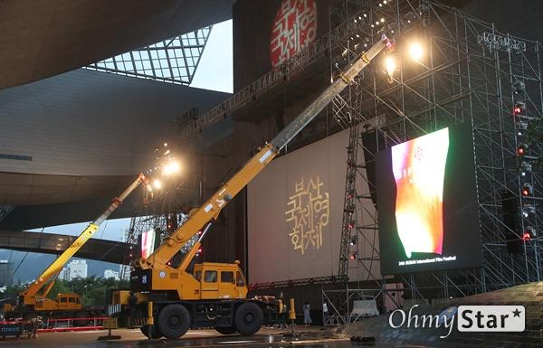 제24회 부산국제영화제 개막을 하루 앞둔 2일 오후 부산 해운대구 영화의전당에서 영화제 관계자들이 개막식 준비를 위해 분주히 움직이고 있다.