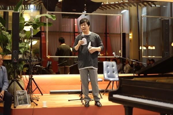 북콘서트에서 연세영 천안에서 열린 북콘서트에서 연세영이 영화소품용 권총으로 김상옥의 죽음을 이야기하고 있다.