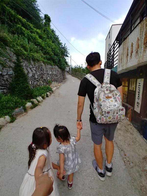 꼬인 실타래를 풀기 위해서는 육아로부터 도망치는 것도, 육아에만 매몰되는 것도 아니었다. 부모 삶과 아이 삶의 균형, 아내와 남편 역할의 균등이 필요했다.