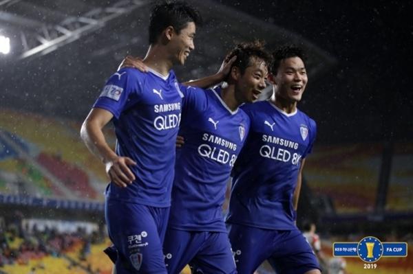 염기훈 수원의 염기훈이 FA컵 4강 2차전 화성전에서 해트트릭을 기록했다.