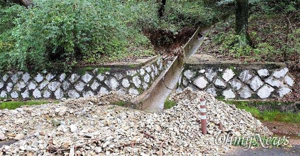 태풍 '미탁'으로 폭우가 내리면서 창원의 한 도로에 토사가 유출되어 있다.