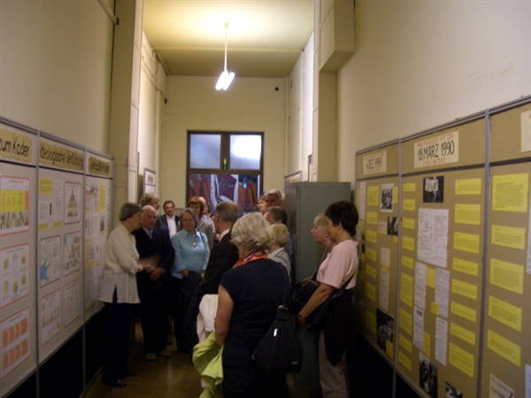 라이프치히 동독 국가보위부(슈타지) 분원자리에 만들어진 박물관에서 통일 전 슈타지 행위에 대한 설명을 듣고 있는 관람객 .