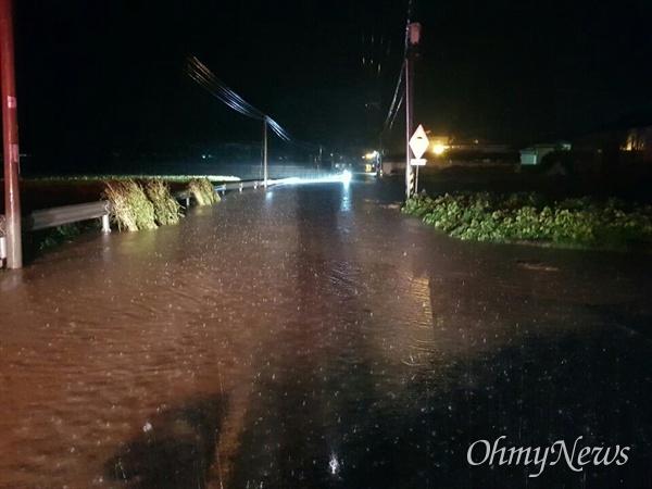 지난 2일과 3일 사이 태풍 미탁으로 대구시 달서구 상인동 도로가 침수된 모습.