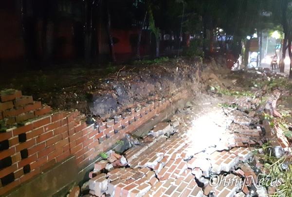 제18호 태풍 '미탁'의 영향으로 많은 비가 내리면서 대구시 달서구 용산동에서 담벼락 일부가 무너졌다.