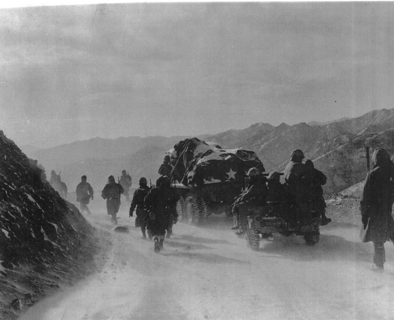 중국군 참전으로 북진한 유엔군들이 혹한 속에 후퇴하고 있다(1950. 12. 9.).