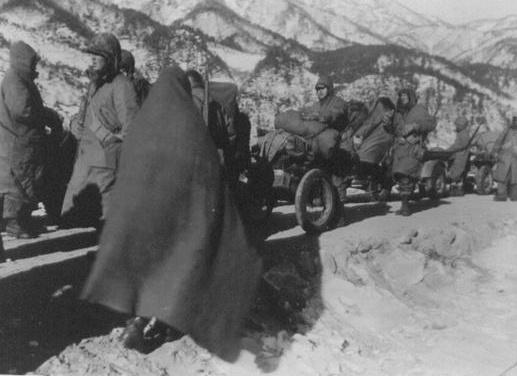 강추위 속에 유엔군들이 장진호 전투에서 모포를 뒤집어쓰고 후퇴하고 있다(1950. 12. 10.).