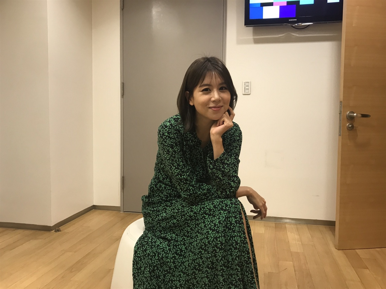 손정은 MBC 아나운서가 인터뷰 후 포즈를 취하고 있다.