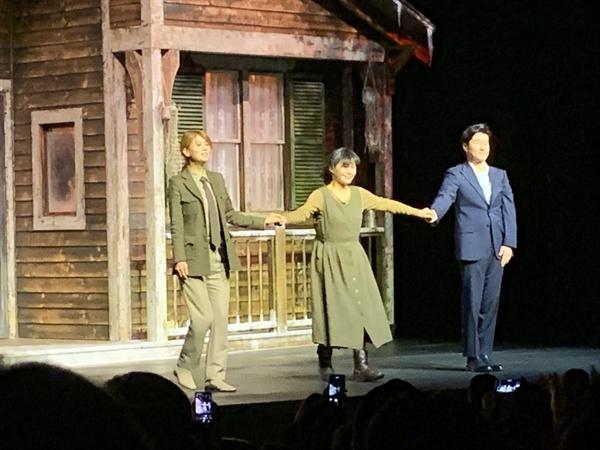 손정은 MBC 아나운서가 연극 <미저리> 공연 후 동료들과 함께 관객에게 인사하고 있다.