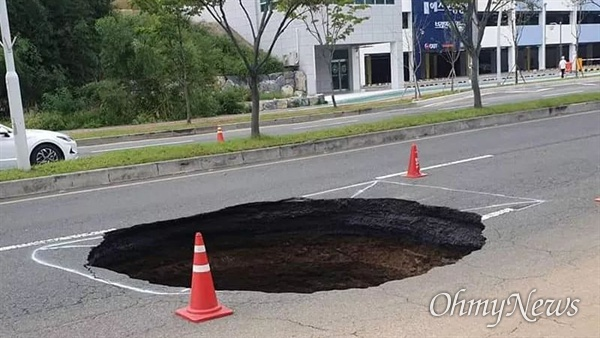 제18호 태풍 '미탁'의 영형으로 경북 포항시 남구 이동 도로에 길이 5m, 깊이 5m의 싱크홀이 발생했다.
