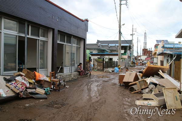 제18호 태풍 '미탁'의 영향으로 경북 영덕군 강구면 주민들이 피해를 입었다. 3일 오후 강구면 주민들이 길가에 가재도구를 내놓고 청소를 하고 있다.