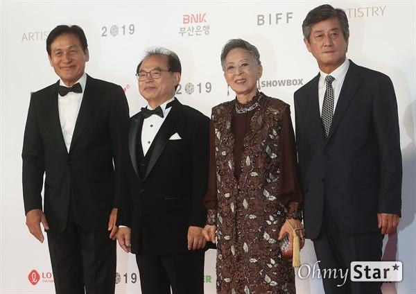 오거돈 부산시장과 이용관 BIFF 이사장, 배우 안성기, 김지미가 3일 오후 부산 해운대구 영화의전당에서 열린 제24회 부산국제영화제(BIFF) 개막식에 참석해 레드카펫을 걸으며 입장하고 있다.