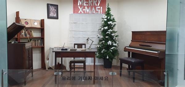 이효석의 서재 이효석은 평양 숭실학교 영문과 교수가 됨으로써 모처럼 가난에서 벗어나서 경제적 여유를 맞게 된다. 축음기로 클래식 음악의 정취에 빠져들고, 피아노 연주도 즐겼던 것으로 보인다.