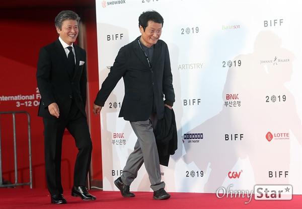 배우 문성근, 권해효가 3일 오후 부산 해운대구 영화의전당에서 열린 제24회 부산국제영화제(BIFF) 개막식에 참석해 레드카펫을 걸으며 입장하고 있다.