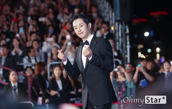 영화<유열의 음악앨범> 배우 정해인이 3일 오후 부산 해운대구 영화의전당에서 열린 제24회 부산국제영화제(BIFF) 개막식에 참석해 레드카펫을 걸으며 입장하고 있다.