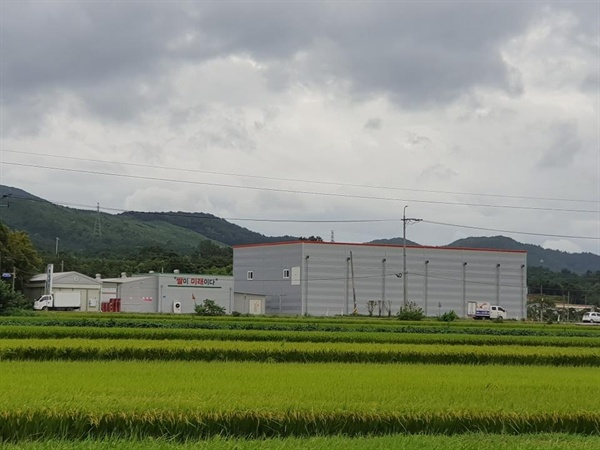 서산시 해미면 삼송리에 위치한 공장 전경. '쌀이 미래이다'란 문구가 보인다.