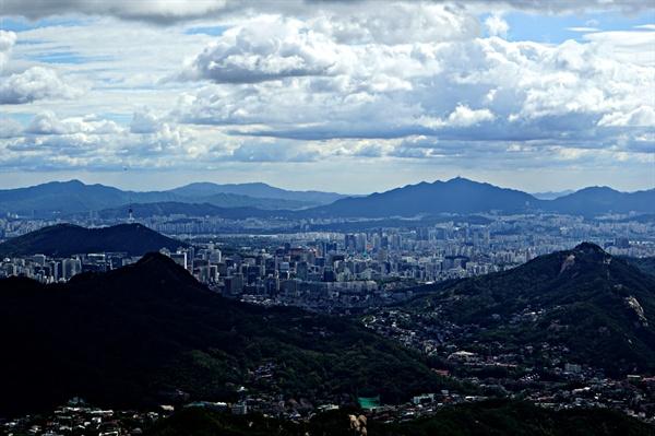 서울시내 풍경. 마이크를 통해 외치는 세상의 소리가 여기까지 들린다.