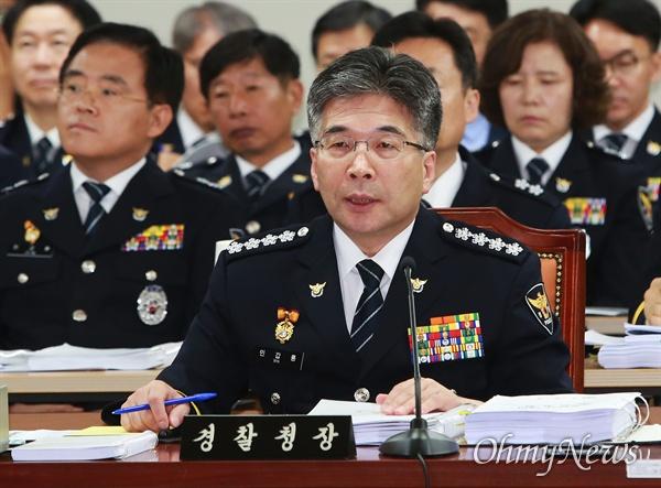 민갑룡 경찰청장이 4일 오전 서울 서대문구 경찰청에서 열린 국회 행안위 국정감사에서 의원들의 질의에 답변하고 있다.