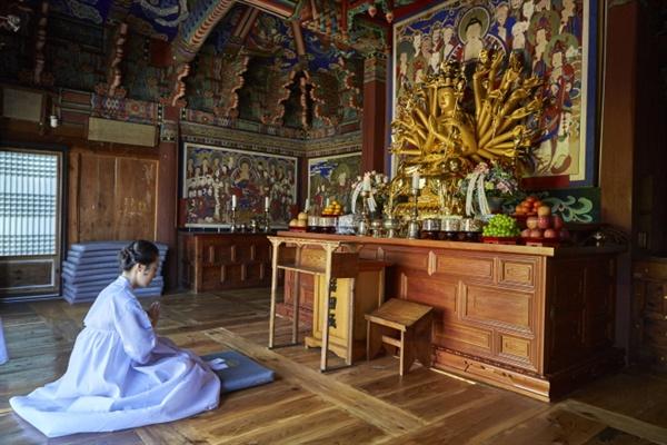 보광전에서 기도를 올리는 인현왕후(재연) 인현왕후가 복위를 앞두고 보광전에서 부처에게 감사기도를 올리고 있다.
