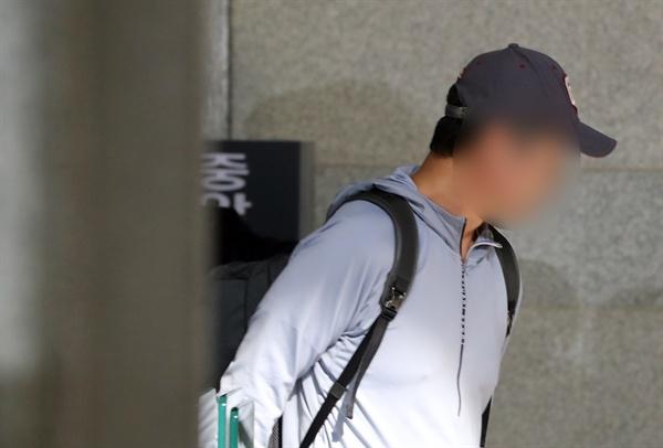 조국 법무부 장관의 동생 조모씨가 1일 조사를 받기 위해 서울 서초구 중앙지검으로 들어서고 있다. 2019.10.1