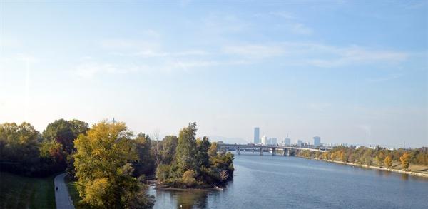 비엔나 다뉴브 강. 비엔나를 흐르는 젖줄과 같은 물줄기이다.