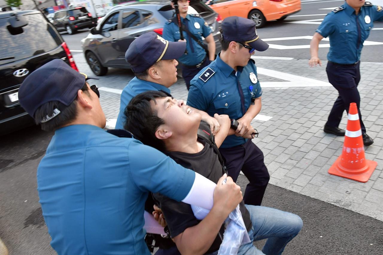 한국대학생진보연합 소속 대학생 6명이 4일 오후 서울 세종로 광화문광장내 세종대왕 동상에 올라가 '한일 군사정보보호협정(GSOMIA·지소미아)' 파기를 방해하는 미국을 규탄하는 기습시위를 벌이다 경찰에 강제연행되고 있다. 2019.10.04