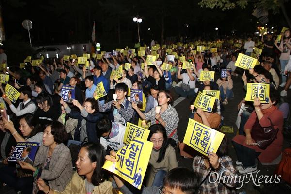 대구시민 1000여 명은 4일 오후 2.28기념중앙공원 서편 골목에 모여 '조국 수호'와 '검찰개혁'을 외치며 촛불을 들었다.