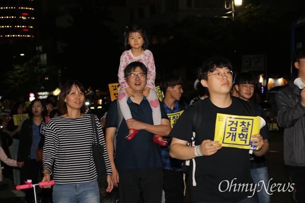 검찰개혁을 촉구하며 4일 오후 대구 2.28기념중앙공원에 모인 대구시민들이 거리행진을 벌이고 있다.