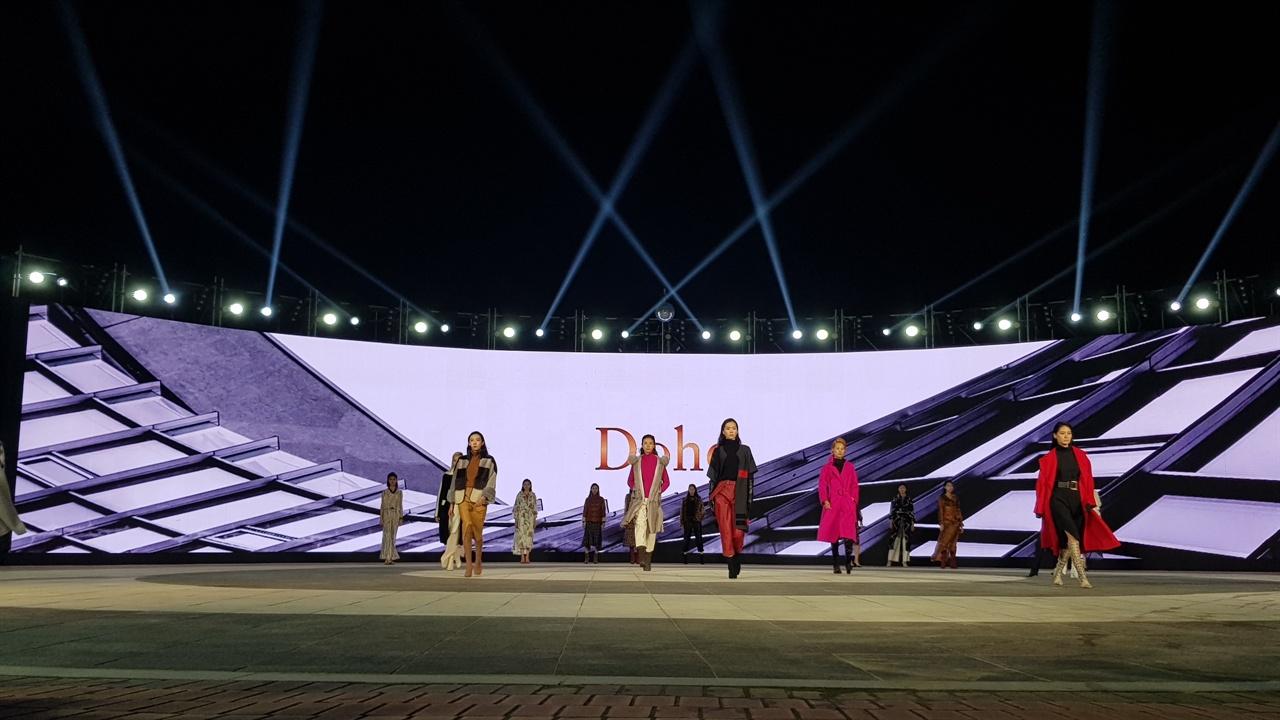 도호의 패션쇼 광경 도호의 작품을 시작으로 고 도향호 여성디자이너의 작품을 소개하는 리마인드 시간으로서 대구국제패션문화페스티벌을 알렸다.