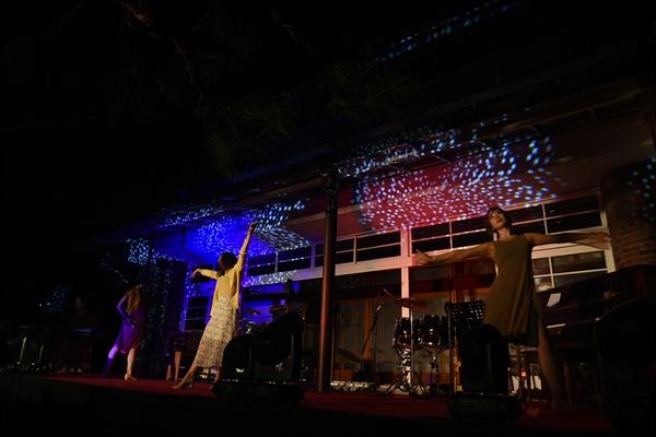 4일 밤, 옛 충남도지사공관 뒤뜰에 마련된 특설무대에서 테미오래 청년 레지던시 참여 작가들의 찬조 공연 '또 다른 날의 태양'이 펼쳐지고 있다.