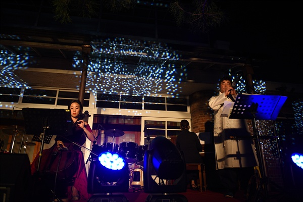 퓨전국악 그룹 '풍류'가 'New-tro 테미풍류'라는 제목으로 공연을 하고 있다.