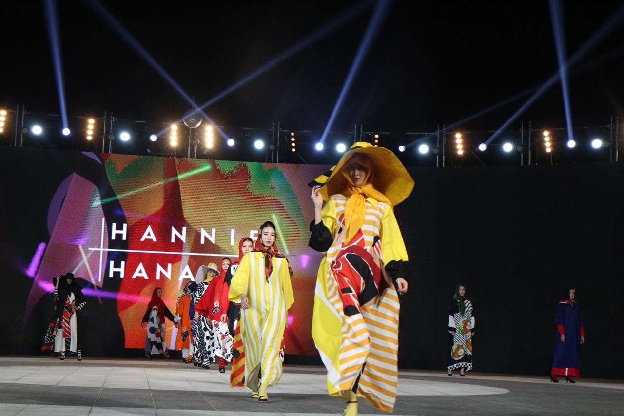 대구국제패션문화페스티벌 축제 광경 인도네시아 디자이너의 작품 런웨이 광경이다.
