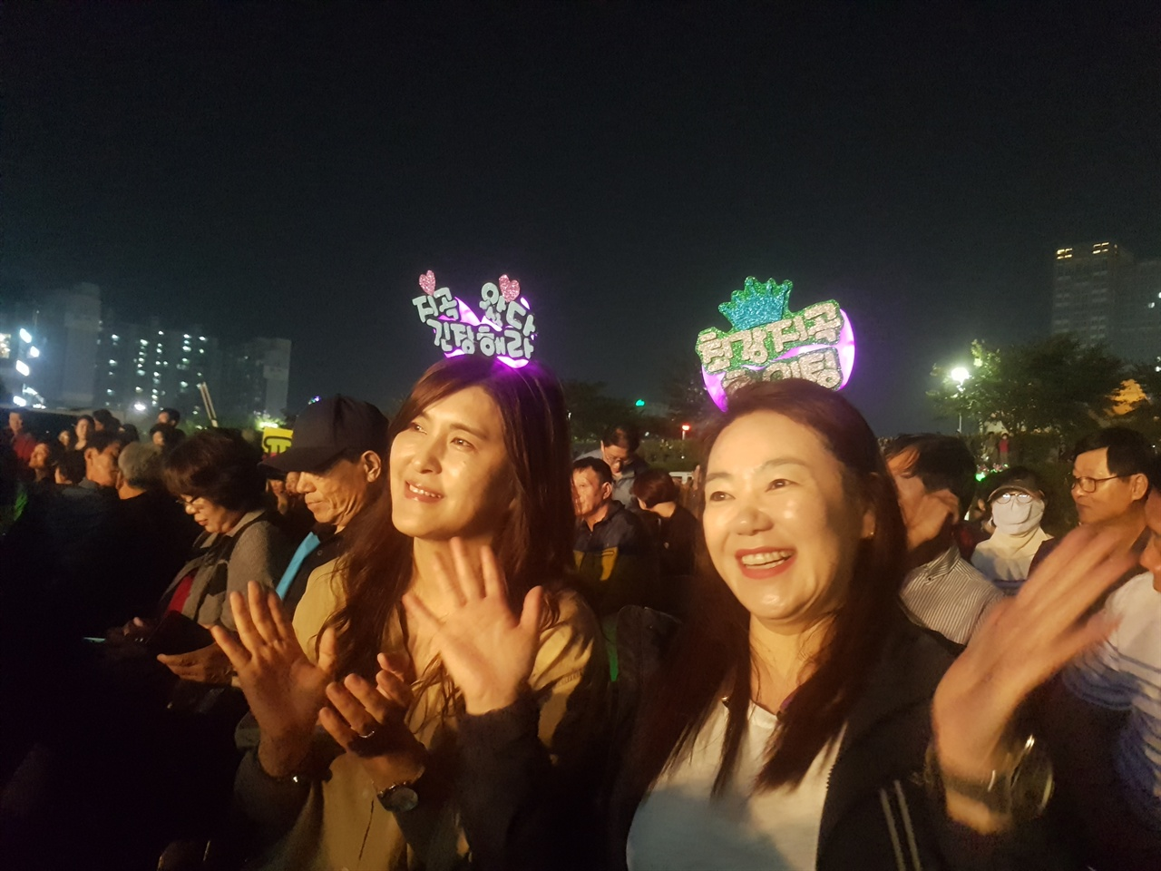 이날 지곡면 주민들은 응원 펼침막 외에 단체로 응원 머리띠를 갖추고 한목소리로 대표선수에게 힘을 실어주었다.