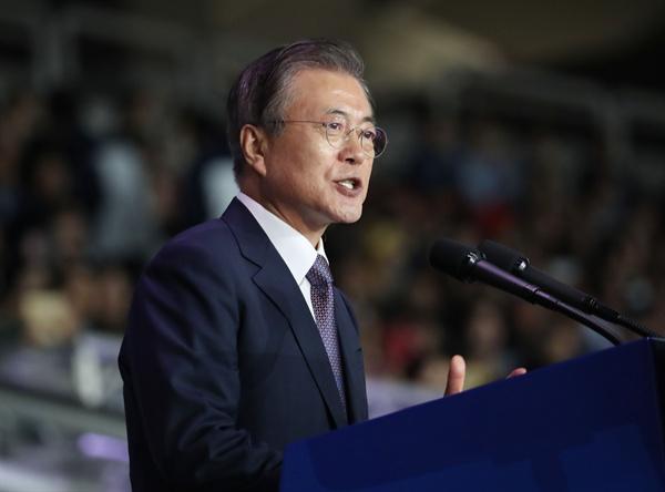 문재인 대통령이 4일 서울 송파구 잠실종합운동장에서 열린 제100회 전국체전 개회식에서 기념사를 하고 있다