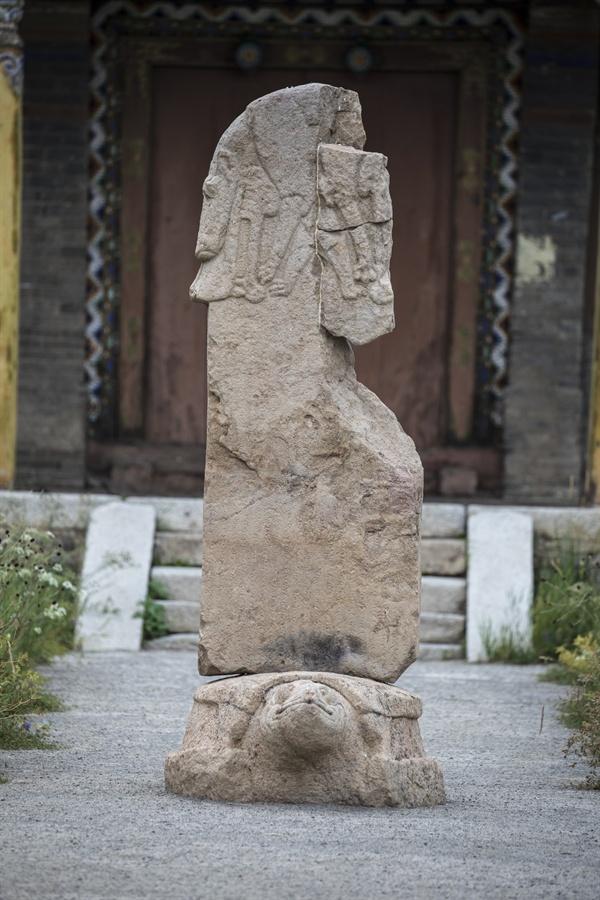 몽골 체체를렉 박물관의 석비(부구트비) 모습. 높이 2.45m 석비는 582년에 세워진 것으로 돌궐제국의 왕족이었던 마한 테긴(Mahan Tegin)의 기념비다. 비의 머리부분에는 늑대가 어린아이에게 젖을 빨리고 있는 모습이 보인다.
