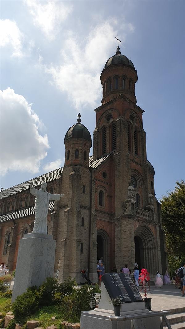 풍남문과 전동성당은 횡단보도를 사이에 두고 서 있어서 동서양의 문화가 한데 어우러진 모습을 보여주고 있다.