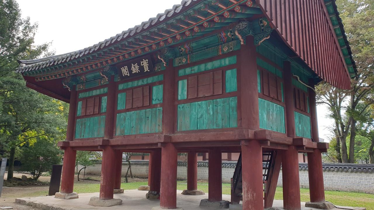 '경사스러운 터에 지어진 궁궐'이라는 의미를 가진 경기전은 조선의 오랜 역사뿐만 아니라 나무들이 자아내는 아름다움을 지니고 있다.